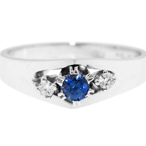 Bague or gris 750 serti d'un saphir épaulé de diamants taille brillant, doigt 56…