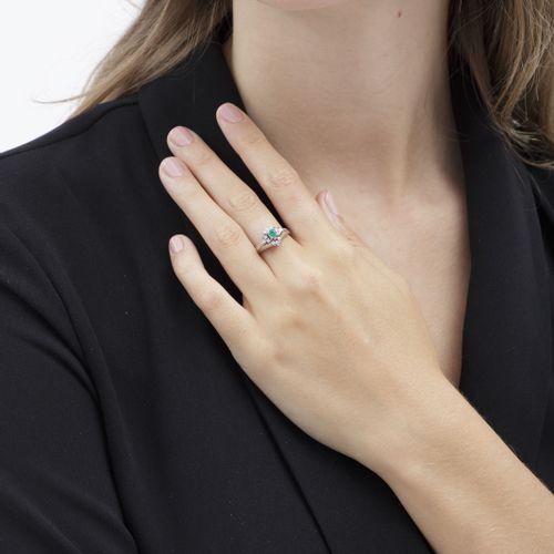 Bagueplatine sertie d'une émeraude taille émeraude entourée de diamants taille …