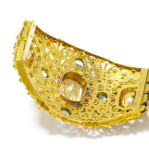Bracelet 3 rangs de perles de culture blanches orné d'un centre en or 750 ajouré…