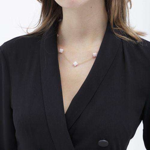 Morgane Bello, collier or 750 retenant des trèfles en opale rose, long. 43, 44.5…