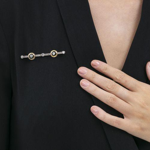 Broche barre XIXe s., 2 ors gravés, argent et émail noir sertie de diamants tail…