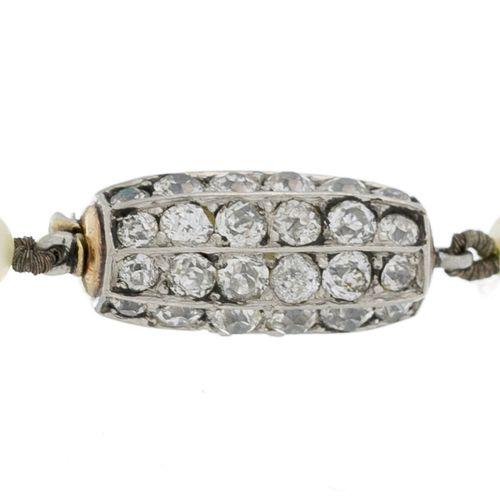 Collier composé de perles de culture blanches alternant des billes d'émeraudes, …