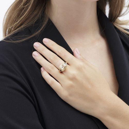 Bague or 750 sertie d'une topaze épaulée de saphirs taille fantaisie, doigt 53 1…