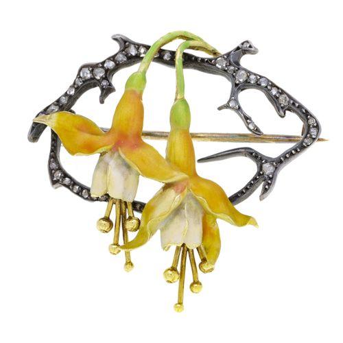 Broche Art Nouveau or et argent figurant deux lys émaillés sur des branches sert…