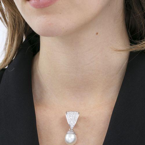 Pendentif modulable or gris 750 pavé de diamants taille brillant et retenant une…