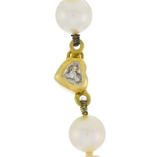 Collier 1 rang de perles de culture blanches, fermoir c'ur en or 750 serti d'un …