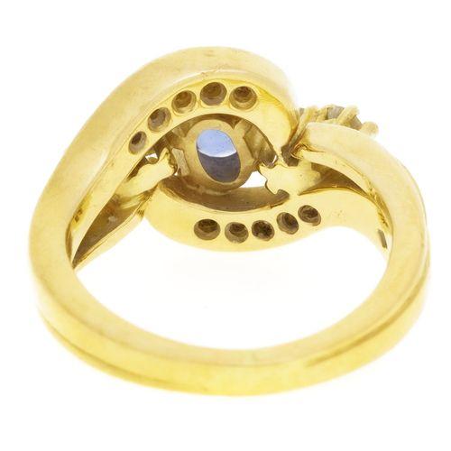 Bague or 750 sertie d'un saphir taille ovale entouré de diamants taille brillant…