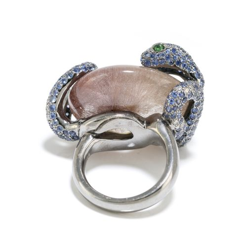 Bague or gris 750 noirci figurant un serpent pavé de saphirs et de diamants tail…