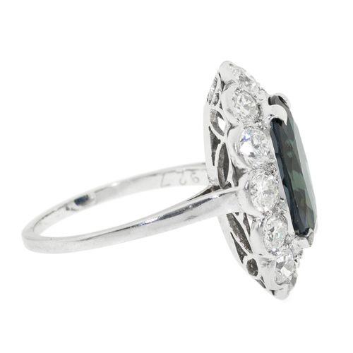 Bague platine sertie d'un saphir taille ovale entouré de diamants taille brillan…
