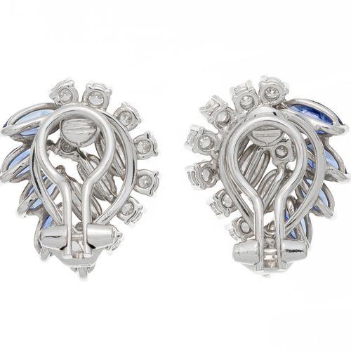 Paire de clips d'oreilles or gris 750 sertis de saphirs ainsi que de diamants ta…