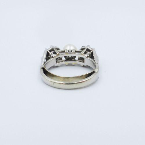 Bague or gris 750 sertie de deux diamants taille ancienne épaulant une perle de …