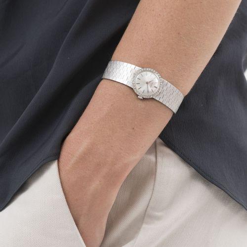 Universal, montre bracelet en or gris 750 sertie de diamants, années 1970Mouveme…