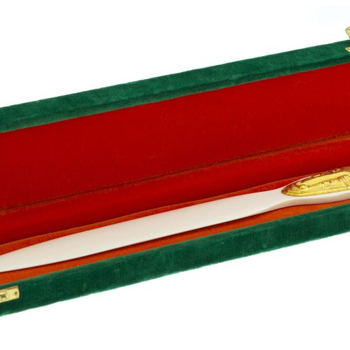 Ouvre lettre en ivoire orné d'un masque en or repoussé, long. 30 cm