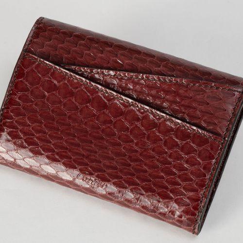 Cartier, porte monnaie en karung bordeaux, de forme enveloppe, housse, boîte, ca…