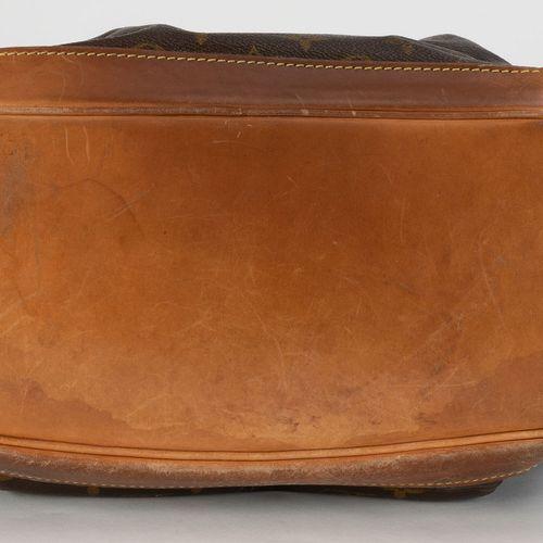Louis Vuitton, sac Montsouris en toile enduite Monogram et cuir naturel, housse,…
