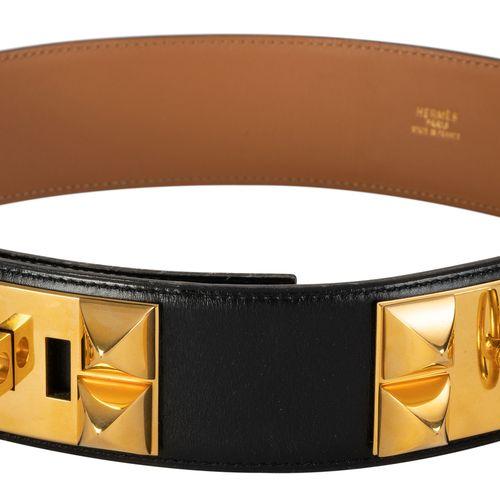 Hermès, ceinture Médor en métal plaque or et cuir lisse noir, année 1993, housse…