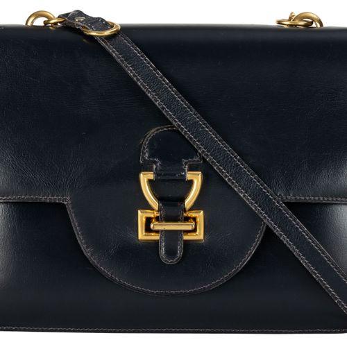 Hermès, sac Berry vintage à rabat en cuir de box bleu marine, bandoulière porté …