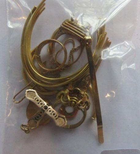 Or 69 g or 750 millièmes, débris de bijoux (bracelet, 3 bagues, 1 paire de boucl…