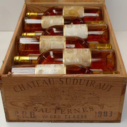 12 Btles Château Suduiraut 1983 1er CC Sauternes dont quatre niveaux bas goulot …
