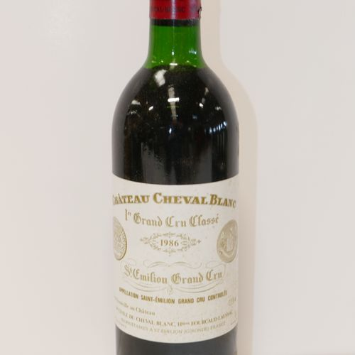 1 Btle Château Cheval Blanc 1986 1er GCCA Saint Emilion 胶囊在裙底非常轻微受损,底层标签略显脏污 专家:…
