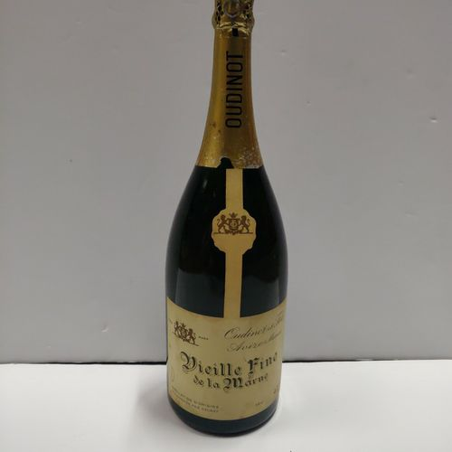 1马格南Vieille Fine de la Marne Oudinot et Fils酒帽非常轻微受损,酒标略显肮脏 专家:Emilie et Robert …