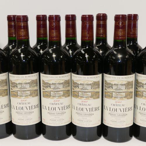 12瓶Chateau La Louvière 2000 Graves,包括两个很脏的标签,装在原来的木箱里 IC 10/10 PM 专家:Emilie et R…