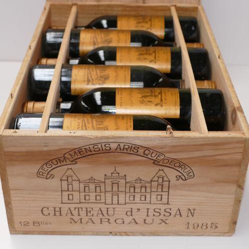 12瓶Chateau d'Issan 1985 3rd GCC Margaux,包括3个低颈位,4个极低位,2个低位在原木箱中 专家:Emilie et Rob…