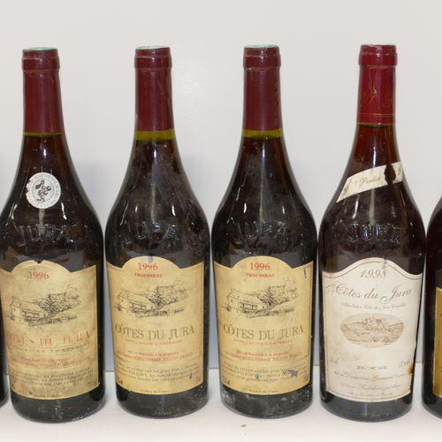 一批6个标签肮脏和损坏的汝拉山坡酒:4个Btles Domaine Morel Thibaut(2个Btles红葡萄酒1996和2个Btles Troussea…