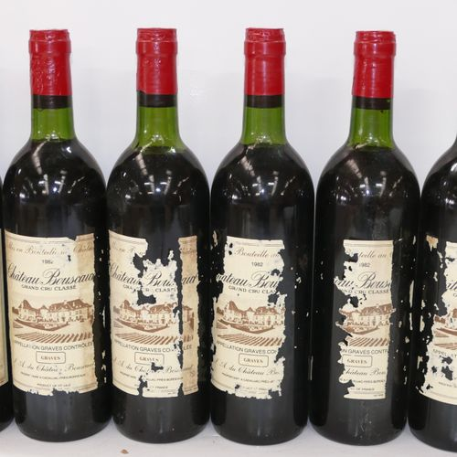 6个Btles Château Bouscaut 1982 CC Graves,其中一个非常低,一个低,标签非常损坏,其中一个假定的年份在一个肮脏的木箱中 专家…