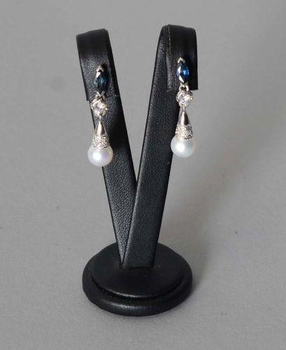 Bijou  Paire de pendants d'oreilles en or blanc dix huit carats sertis d'une per…
