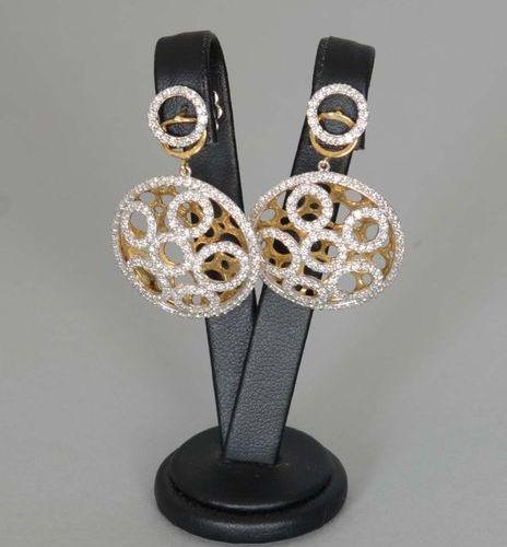 Bijou  Paire de pendants d'oreilles en or jaune dix huit carats sertis de nombre…