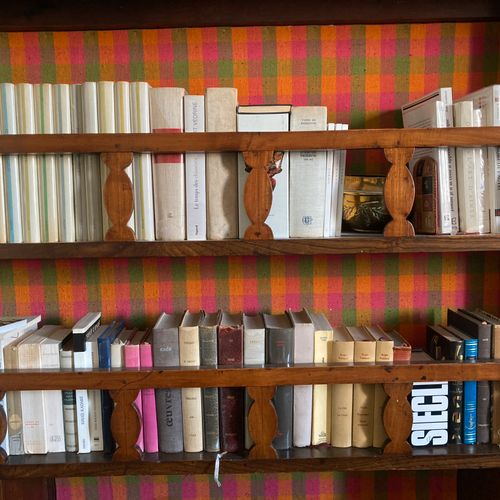 Quatre mannettes de livres et romans brochés Four sleeves of paperback books and…