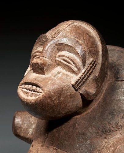 Masque heaume Masque heaume  représentant un éléphant stylisé, une tête humaine …