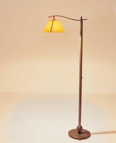 ? LAMPE DE PARQUET DU DEBUT DU XXe SIECLE En bronze patiné vert, le fût octogona…