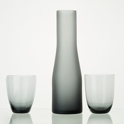 Lot comprenant:   1 carafe ANTHRACITE fumé H:28cm   1 verre ANTHRACITE transluci…