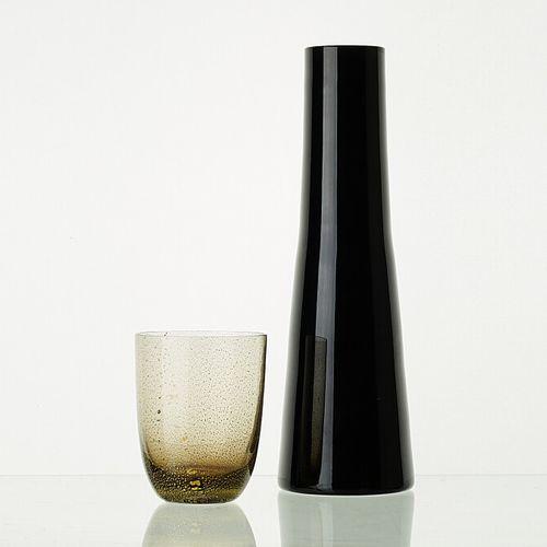 Lot comprenant:   8 verres modèle PEPITE WENGE H: 10,5cm   1 carafe ONYX H: 29cm