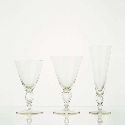 Lot comprenant:   4 verres à pieds LIGNE ANTIQUE BLANC ANTIQUE H: 16cm   4 verre…
