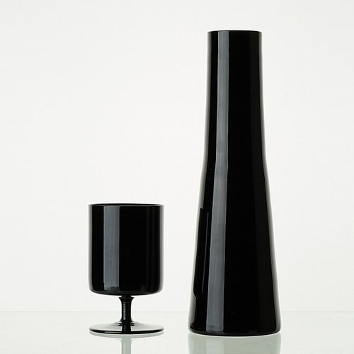 LIGNE ONYX Lot comprenant:   1 carafe ONYX H: +/ 29cm   12 verres à pied ONYX H:…