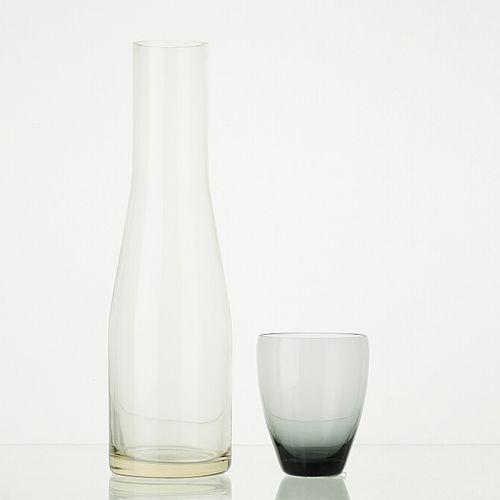 Lot comprenant:   6 verres GRIS translucides H: 9cm   1 carafe en verre transluc…