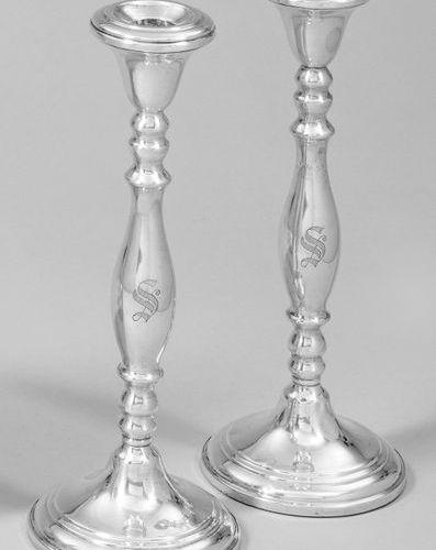 Paire de chandeliers de table en argent. Étalage en grain, lesté. Sur un haut ar…
