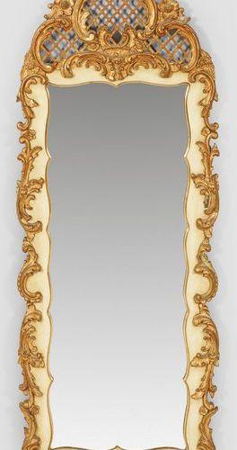 Grand miroir mural Belle Epoque en bois stuqué, peint de couleur ivoire et parti…
