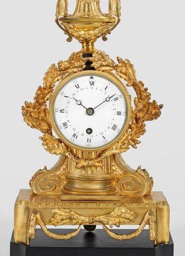 Bronze pendule Louis XVI , albâtre doré et laqué noir. Corps en forme de balustr…