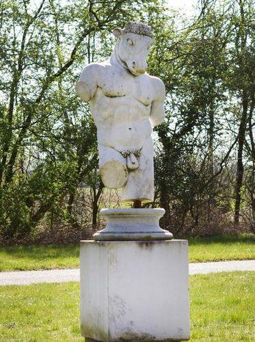 Anonymer Bildhauer (Tätig im 20. Jh.) Minotaurus Weißer, hellgrau geäderter Marm…