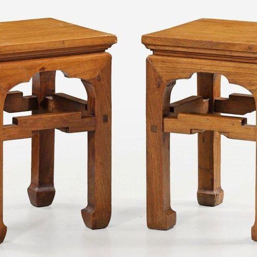 Paar chinesische Hocker Mahagoni. Gestell aus gekanteten an den Enden verkröpfte…