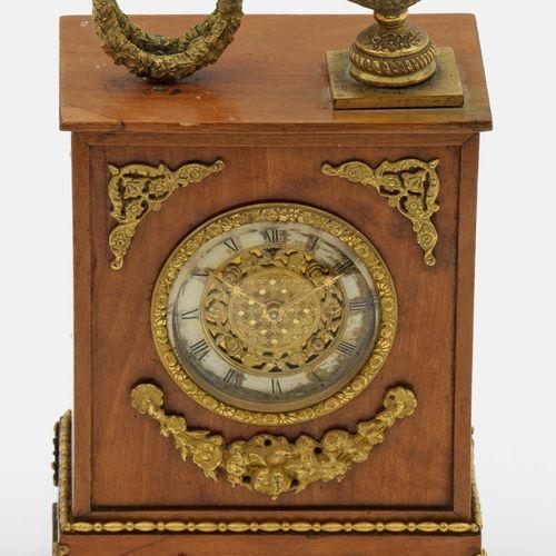 Kleine Tischuhr im Empirestil Acajou, plaqué. Boîtier en forme d'armoire avec un…