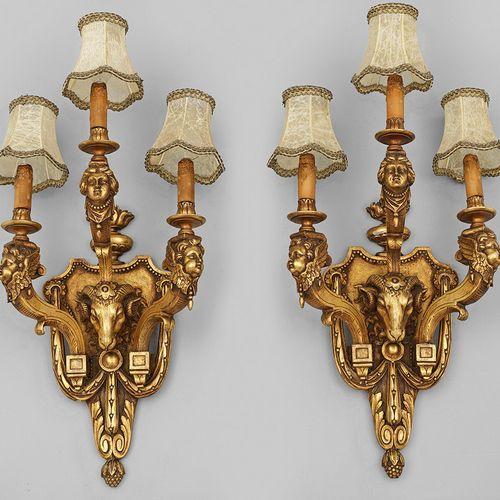 PAAR GROßE WANDAPPLIKEN 3 lumières ; bois, sculpté, serti et doré. Plaque murale…