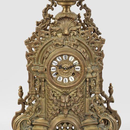 Napoleon III Kaminuhr Bronze. Le corps à structure architecturale est flanqué de…
