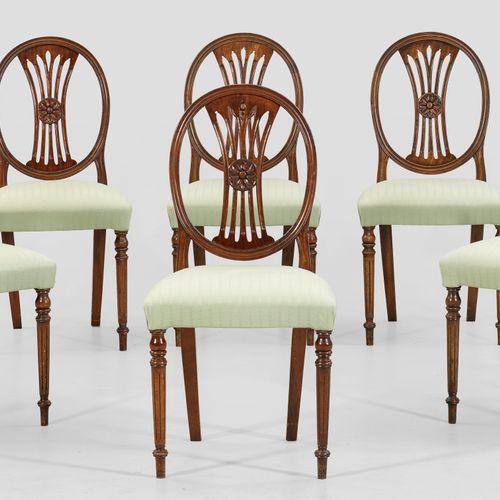 Satz von acht Louis XVI Stühlen 8 pièces ; paire de fauteuils et six chaises. Ac…