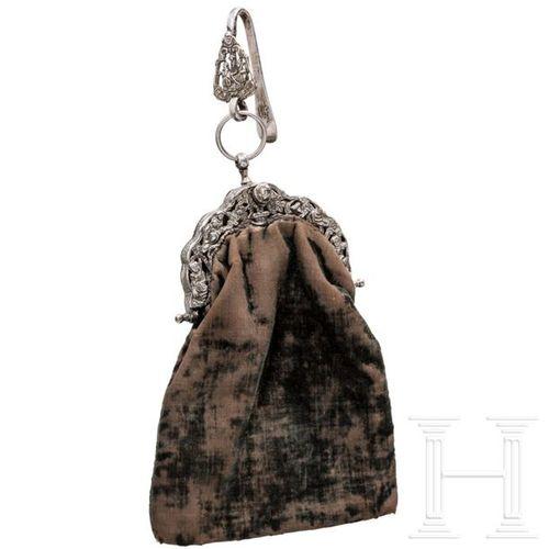 Silbermontierte Trachtentasche, Friesland, um 1871 Sac en velours brun (frotté) …