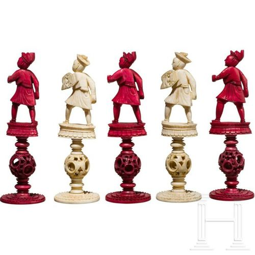 A Chinese carved ivory chess set, Guangzhou, 19th century Chaque pièce est compo…